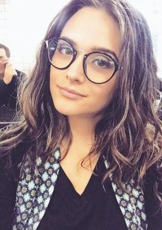 Impossível errar de Ray-Ban  A atriz @juulianapaiva optou pelo modelo Round Fleck 2447V  Clássico, charmoso e cheio de estilo! Quem mais usaria o redondinho?!  www.envyotica.com.br ✨ #envyotica #rayban #oculosdegrau #oculos #raybanroundfleck #roundfleck #raybanround #julianapaiva #actress #atriz #brasileira