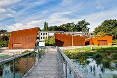 Le parc Boekenberg à Deurn, ville proche d'Anvers en Belgique, vient d'être restauré dû à des installations désuètes qui n'étaient plus aux normes de sécurité. Le bureau OMGEVING a donc imaginé une série de petits pa