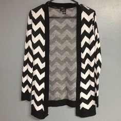 Chevron Cardigan Size medium Rue21 Black/White Chevron Print Cardigan. Never worn and in excellent condition. Rue 21 Sweaters Cardigans