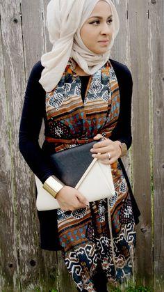 Bonne idée d' accessoiriser un manche longue avec un foulard a motif coupés d'une fine ceinture