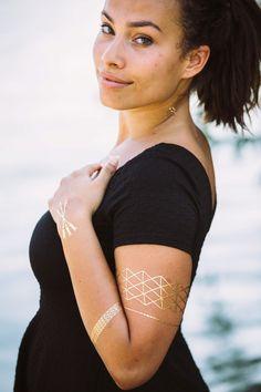 Tolles Flash Tattoo Design in Gold, Silber oder auch im Henna Look. Jetzt zu finden bei Jewel Tattoo, dem führenden Shop in der Schweiz Flash Tattoos, Jewel Tattoo, Tattoo Designs, Gold Silber, Henna, Metallic, Switzerland, Amazing, Tattoo Flash