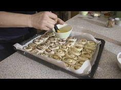 Video recept na domáce osie hniezda alebo škoricové slimáky orechové. Jednoduchá príprava a hotové to máte za necelé dve hodiny. Prajem dobrú chuť. Waffles, Breakfast, Food, Youtube, Morning Coffee, Essen, Waffle, Meals, Yemek