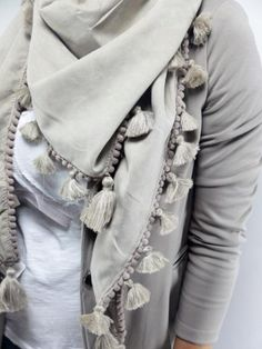 Ibiza kwast sjaal omslagdoek - Zand Duppata Style, Scarf Tutorial, Ibiza Fashion, Casual Outfits, Fashion Outfits, Designer Scarves, Effortless Chic, Scarf Design, How To Wear Scarves