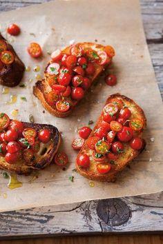 ミニトマトをたくさん乗せ、オリーブオイルを回しかけて焼くのも美味。切らずに焼いてしまうとトマトが破裂してしまうので、必ずカットしてくださいね。