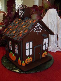 #gingerbread Haunted Gingerbread House Halloween Gingerbread House, Bolo Halloween, Dulces Halloween, Halloween Goodies, Halloween Home Decor, Halloween Cakes, Halloween House, Cute Halloween, Holidays Halloween