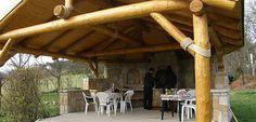 Zahradní dřevěný altán s krbem a udírnou z kamene pro každodenní relax