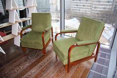 Komplet dwóch foteli/leżanek Art Deco.Unikatowe fotel (leżanka) po gruntownej renowacji stolarskiej oraz tapicerskiej.Nowa tapicerka wykonana z wysokogatunkowej tkaniny imitującej do złudzenia zamsz (kolor khaki). Oparcie regulowane w 5 położeniach.Fotele można rozłożyć poprzez wciśnięcie jednej dźwigni do pozycji wygodnej leżanki.Cena dotyczy 1 sztuki. W przypadku dwóch mogę negocjować cenę.