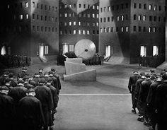 Instagram de @cinemaalemao   Cenas de Metropolis (1927), dirigido por Fritz Lang. O filme foi um dos marcos do fim, do que se pode chamar de Expressionismo alemão no cinema. Com uma super produção, foi considerado um dos filmes mais caros tendo custado na época 6 milhões de Reichmark. Metropolis estreou no cinema Zoo Palast de Berlim em 10 de janeiro de 1927, na versão original, mas surpreendentemente o filme não foi bem na bilheteria. #cinemaalemao #cinema #alemanha