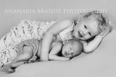 perfect sibling moment <3  © Baby Love by Ana Brandt