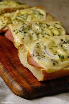 Unique and Creative Good and quick: baguette beneath the grill - Lovemyfood. Lunch Snacks, Easy Snacks, Lunches, Good Food, Yummy Food, Weird Food, Crazy Food, High Tea, Food Inspiration