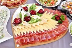 Christmas Food Platter Inspirations Looking at these pictures, I'm inspired to take my Christmas spread to the next level! Let's take a look at these 25 Christmas food platter inspirations. Meat Cheese Platters, Meat Trays, Party Food Platters, Meat Platter, Meat And Cheese, Aperitivos Finger Food, Food Carving, Food Garnishes, Veggie Tray