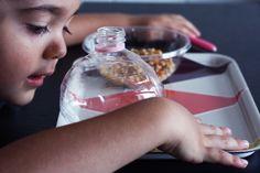 Attività per bambini: Travasare il mais