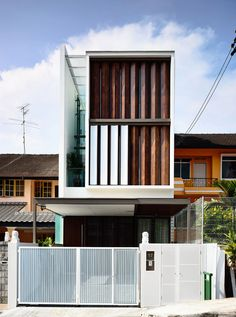 To Catch a Breeze is a minimalist house located in Primrose Avenue, Singapore, designed by HYLA Architects. This three-story intermediate terrace house has a unique rotating screen on its front elevation. Arch House, Facade House, Coupes Architecture, Architecture Résidentielle, Facade Design, Exterior Design, House Design, Terraced House, Home Modern