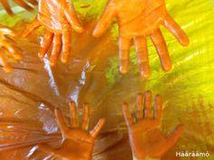 Värien sekoitusta kättelemällä