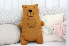 Upcycling im KInderzimmer: Nähe einen Teddy aus einem alten Pulli und mache deinem Kind damit ein ganz besonderes Geschenk. Mit Anleitung!