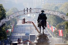. Workers build a stage ahead of Pope Francis\' scheduled visit, Thursday, Sept. 17, 2015, on Eakins Oval in view of a statue of George Washington, in Philadelphia. (AP Photo/Matt Rourke)