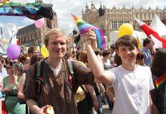 """Cerca de 300 pessoas participam de uma marcha do Orgulho Gay, sob o lema """"Somos todos homo ', na Cracóvia, Polônia - http://revistaepoca.globo.com//Sociedade/fotos/2013/05/fotos-do-dia-18-de-maio-de-2013.html (Foto: Jacek Bednarczyk)"""