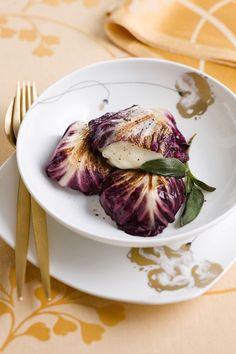I fagottini di radicchio racchiudono un goloso ripieno al formaggio che conquisterà tutti i vostri ospiti. Preparateli con questa veloce ricetta.
