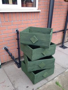 If you know fully about the recycling of the wood pallet in favorable aspects then you have the perfect idea of creating wood pallet planter boxes from it. You can use various sizes of the wood pallet planters for the decoration purpose or you can even make the use of it for throwing garbage.