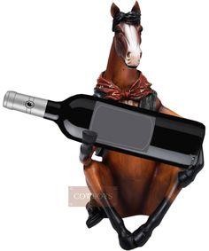 Porta vinho Country Importado Cavalo Sentado Segurando a Garrafa    Porta garrafa de vinho. Produto importado, fabricado em resina endurecida e pintado a mão. Design de um Cavalo Marrom Sentado. Sombreados, patas,rabo e crina na cor preta e testa branca. Usa colete azul jeans e bandana vermelho queimado como se fosse um cowboy. Sentado segura a garrafa. Incrível riqueza de detalhes, perfeito acabamento.