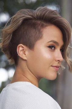 One Side Shaved Hairstyles, Shaved Side Haircut, Short Sides Haircut, Edgy Short Haircuts, Short Haircut Styles, Undercut Hairstyles, Pixie Hairstyles, Short Asymmetrical Haircut, Tomboy Hairstyles