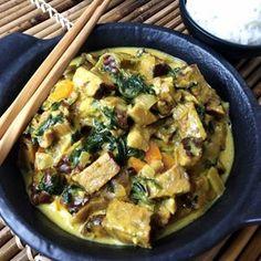 """Už pár týdnů nemám vůbec chuť na maso, a tak v naší kuchyni voní vegetariánské dobroty. Jako třeba """"Vegetariánské kari s hlívou"""" 😍☝️ Uzený tempeh, špenát, hlíva, mrkev, kari koření a kokosové mléko. Pokud se vám sbíhají sliny, podrobný recept je na www.snedeno.cz 🤩 . . . . . #vegetarians #veganrecipes #vegetarianske #houby #obed #zdravejidlo #zdraverecepty #zdravyzivotnistyl #zdravevareni #bezmasa #healthyfood #healthyrecipes #foodinspiration #foodblog #czfood #czechfoodblogger #instameal… Potato Salad, Tacos, Potatoes, Chicken, Meat, Ethnic Recipes, Potato, Cubs, Kai"""