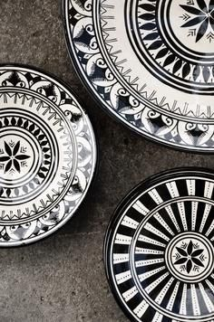 Punch POW Moroccan black and white plates.Moroccan black and white plates. Moroccan Plates, Modern Moroccan Decor, Moroccan Style, Moroccan Dishes, Moroccan Print, Black And White Dishes, Black N White, Monochrome, Scandinavian Style