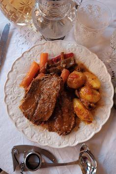 Carne guisada con patatas y setas. Receta para triunfar.   Cuchillito y Tenedor Pot Roast, Carne, Ethnic Recipes, Food, Arrows, Crock Pot, Potatoes, Recipe, Carne Asada
