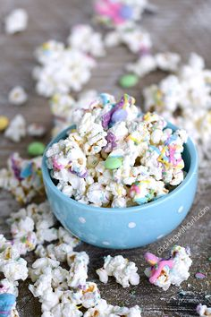 This Springtime Chocolate Covered Popcorn is sweet and delicious covered in pastel colored chocolates, sprinkles, and candies! Chocolate Covered Popcorn, Mini Chocolate Cake, Chocolate Sprinkles, Easter Recipes, Dessert Recipes, Easter Desserts, Popcorn Recipes, Fun Desserts, Holiday Treats