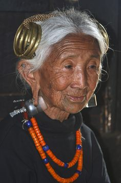 India ~ Nagaland, Elderly Ao Naga woman, at Chuchuyimlang village. Beautiful People, Beautiful Women, Homo, Old Faces, Interesting Faces, People Around The World, World Cultures, Old Women, Alter