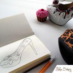 Σχεδιαστής δημιουργεί καταπληκτικά παπούτσια που μοιάζουν με λαχταριστά κέικ με κρέμα βουτύρου, σοκολάτα, σαντιγί και ένα κερασάκι στην κορυφή! Ο Chris Campbell από τη Φλώριντα φτιάχνει ψηλοτάκουνα που μοιάζουν βρώσιμα αλλά στην πραγματικότητα είναι κανονικά παπούτσια.! Στο κατάστημά του, που ονομάζεται «The Shoe Bakery» ο κόσμος κολλάει στη βιτρίνα με τα εντυπωσιακά ζευγάρια και μόνο …