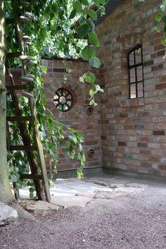 Mauersegment mit rundem Fenster