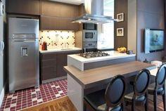 cozinha-americana-pequena-com-cooktop-e-coifa