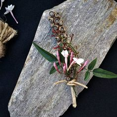Groom's boutonniere  Photo and flowers by a pajarita . . . . . . . . #apajarita #boutonniere #groomdetails #groomboutonniere #weddingdetails #weddingday #groom  #flordelapela #casamento #detalhesdecasamento #noivo