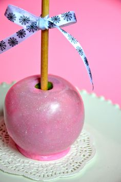 Pink candy apples From Sweet Bake Shop. Caramel Candy, Caramel Apples, Apple Birthday Parties, Birthday Fun, Birthday Ideas, Pink Candy Apples, Yummy Treats, Sweet Treats, Gourmet Apples