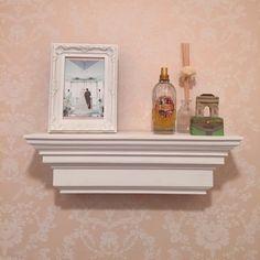 モールディングは日本語では『装飾見切材』と言うようです。部屋の壁と天井の境目に貼ってただのカクカクとしたコーナーをおしゃれにみせたり壁面の装飾として使われています。今回はこのモールディングを家具に仕様することで家具をより高価にそしておしゃれに見せるアイデアを取り上げたいと思います。