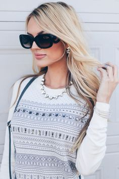 Casual Holiday Outfits, Fall Outfits, Holiday Sweater, Winter Tops, Classic Style Women, Grey Jeans, Sweater Outfits, Autumn Fashion, Women's Fashion