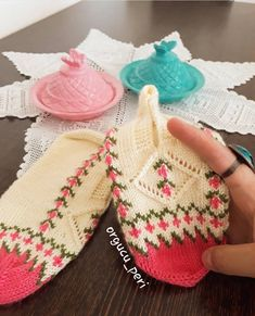 Çok beğenilen patiklerimi #tbt yapayım  Patik örmeyeli baya oldu patik siparişlerinizi bekliyorum  Bilgi ve sipariş için dm… Moda Emo, Knitting Socks, Hair Designs, Fingerless Gloves, Arm Warmers, Diy And Crafts, Baby Shoes, Lilac, Peri