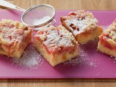 Streuselkuchen mit Nüssen und Rhabarber: So gut! Rhabarberkuchen mit Nussstreuseln - smarter - Zeit: 45 Min. | eatsmarter.de