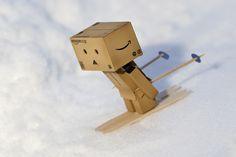 Heute hat es bei uns heftig geschneit. Danbo hat sich sofort seine Ski untergeschnallt und gleich mal ein paar Abfahrten gemacht.