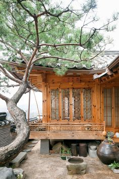 [Hanok, korean traditional house in Seoul] Nature Architecture, Japanese Architecture, Architecture Design, Jardin Feng Shui, Interior And Exterior, Exterior Design, Design Oriental, Japanese House, Japanese Style