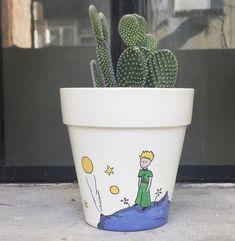 Maceta pintada El Principito  ☀️🦊🐘🍃✨🌎 Painted Plant Pots, Painted Flower Pots, Flower Pot Crafts, Pot Plante, Cement Crafts, Diy Planters, Pottery Painting, Garden Crafts, Flower Seeds