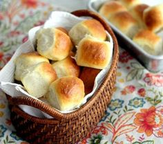 1 Hour Light and Buttery Dinner Rolls -- made this and they were wonderful! My go-to dinner roll recipe Bruschetta Bar, Fluffy Dinner Rolls, Bread Recipes, Cooking Recipes, Thanksgiving Potluck, Pan Relleno, Good Food, Yummy Food, Bread Rolls