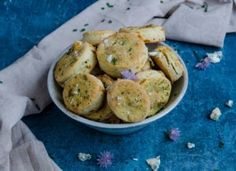 Biscuiti cu chives si branza albastra Potatoes, Meat, Vegetables, Ethnic Recipes, Food, Meal, Potato, Eten, Vegetable Recipes