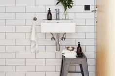 Indretning_badeværelse_hvide fliser_8-001 Brick Bonds, Black Grout, Coloured Grout, Green Ocean, Rustic White, White Walls, Tiles, Interior, Home Decor
