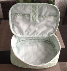 Essa maletinha pode ser usada de várias formas, como porta esmaltes, porta…