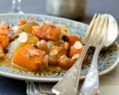 Tajine de légumes d'hiver aux épices : pois chichs, courge, navets, échalote, raisins secs, amandes effilées, orange, cannelle, cumin, piment d'espelette