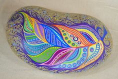 In letzter Zeit habe ich inspiriert worden, aber die schönen Felsen, die Elspeth Mclean malt und ich dachte, ich würde meine Hand versuchen, meinen eigenen Stil... und auf größeren Felsen. Diese Feder ist eine Tischplatte inspiriert, die ich für einen Kunden, der hatte 2 Federn drauf gemalt. Die Doodle-Aspekt dieses Gemäldes ist wirklich lustig zu machen. Ich weiß nie, wohin sie gehen werden oder wie sie enden werden wenn ich anfange. Diese Whopper eines Felsens misst 15 x 8 und 4 hoch an de...