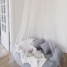 Jollyinspo  @tildabjarsmyr visar upp denna underbara myshörna, som ni enkelt kan skapa själva med den gosiga myspölen från NG Baby! Finns i många olika färger och storlekar,  med pris 599-1599kr. ✨ #jollyroom #jollyinspo #ngbaby #myspöl #myshörna #barnrum #barninredning #baby Teen Bedroom, Dream Bedroom, Bedroom Decor, Baby Barn, Baby Room Diy, Cozy Corner, Baby Furniture, Cool Rooms, New Room