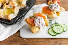 Disse butterdeigskoppene med skagensalat ser imponerende ut på helgefrokostbordet, og er lekende lette å lage. Og så smaker de himmelsk!